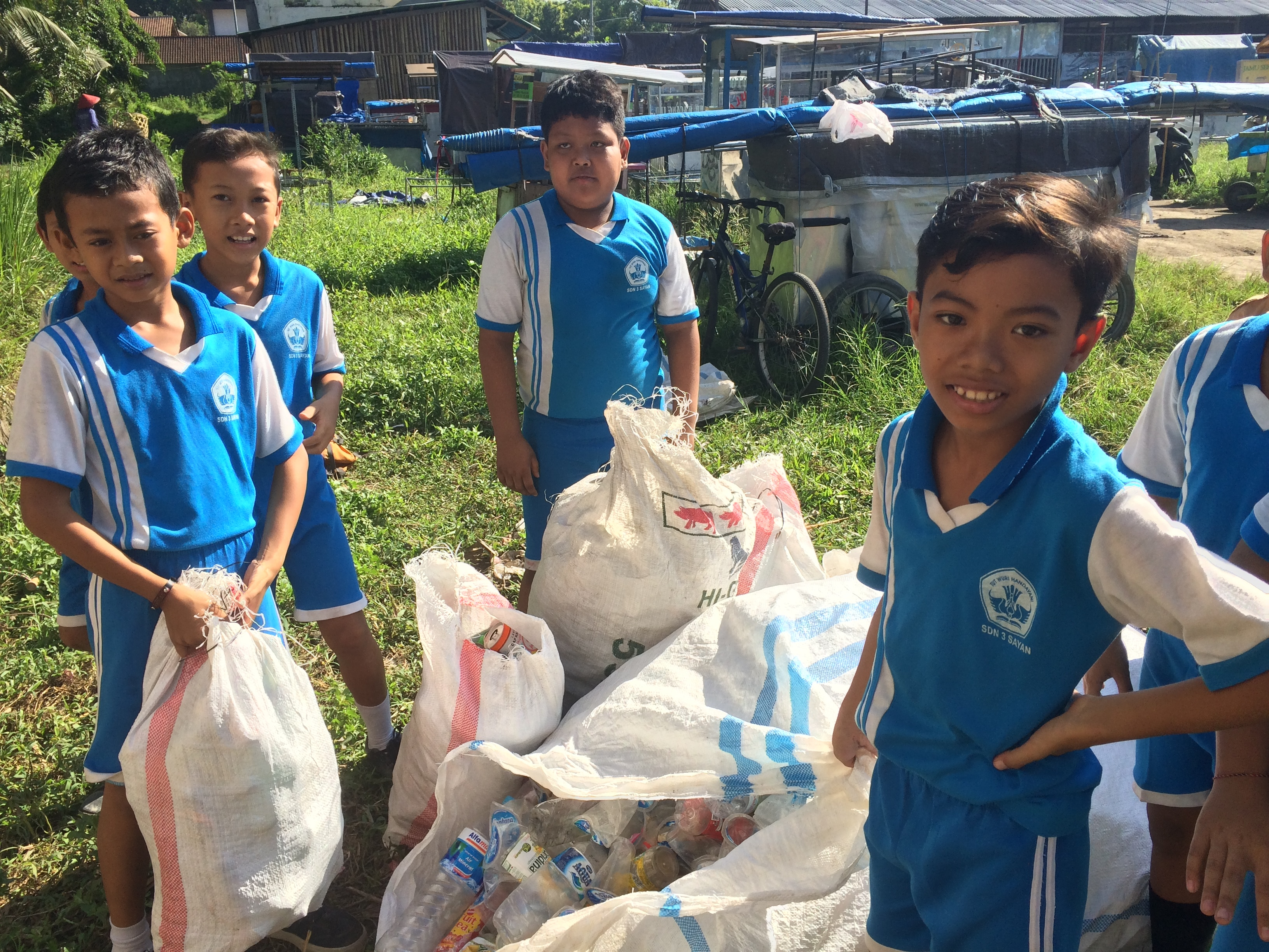 Ubud kids selling garbage to Sampah Jujur